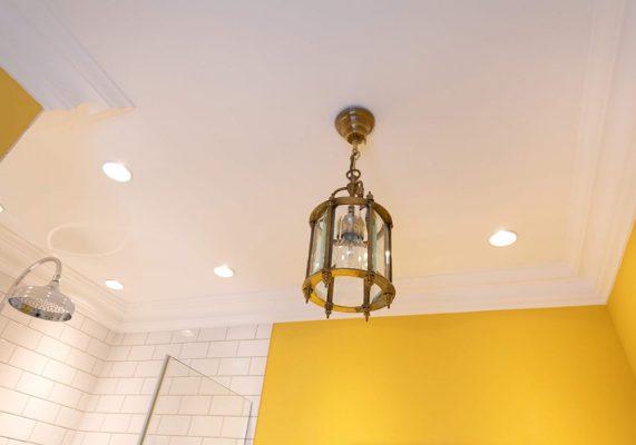 Lampe in gelber Zimmerecke