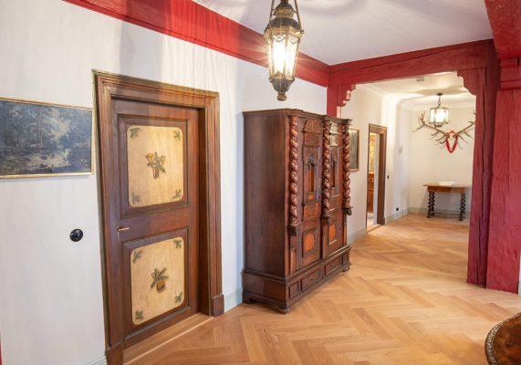 Alte Holztür in Flur