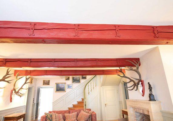 Rote Holzbalken an der Decke