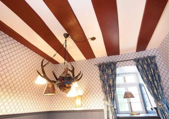 Salon mit roten Holzbalken