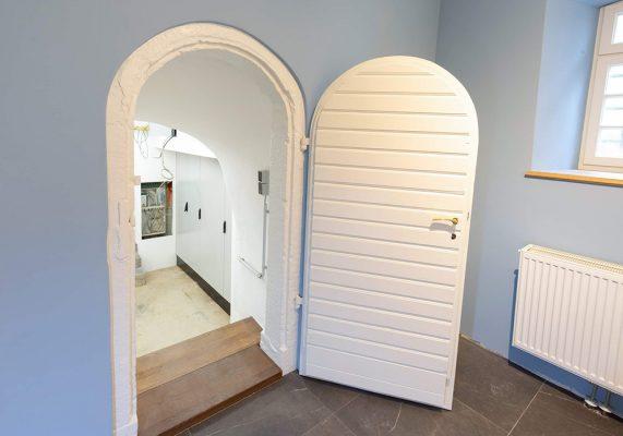 Weisße Tür in hellblauem Zimmer